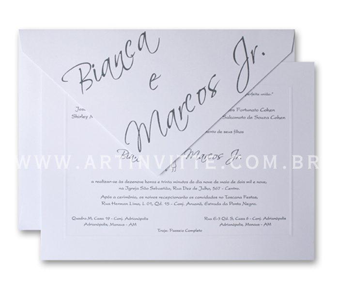 Convite de casamento Toronto 21x29 Convite em papel Branco Liso com impressão em relevo americano prata e Envelopo de Bico no mesmo papel com nome dos noivos em Epóxi Cinza.