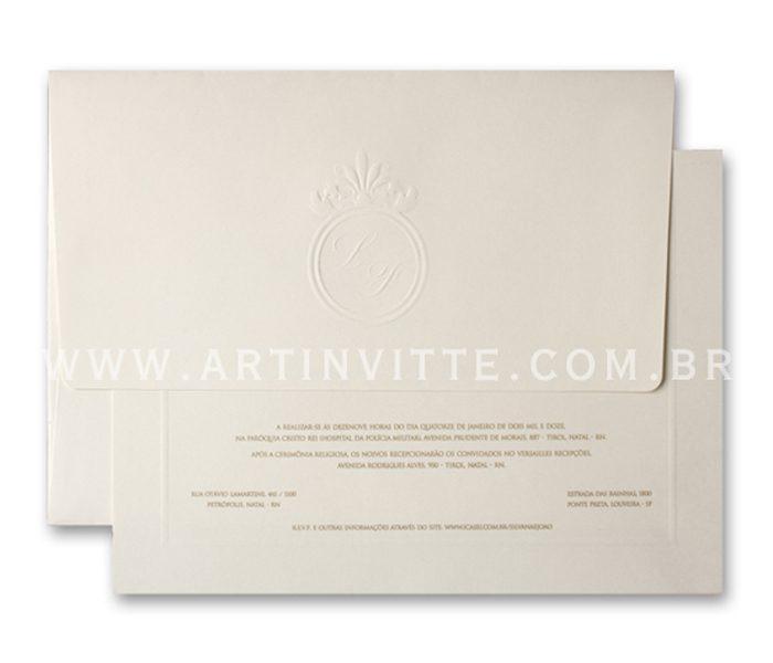 Convite de casamento Toronto 21x29 Convite em papel Markatto Concetto Naturale com impressão em Epóxi Vanilla e Envelopo de Aba Longa no mesmo papel com iniciais em brasão impresso em Relevo Seco.
