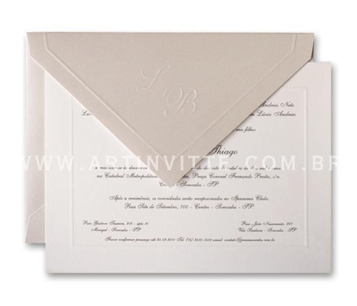 Convite de casamento - Toronto 21x29 Convite em papel Evenglow Branco Telado com impressão em relevo americano prata e Envelopo de Bico no papel Astrosilver com iniciais e vinco em Relevo Seco.