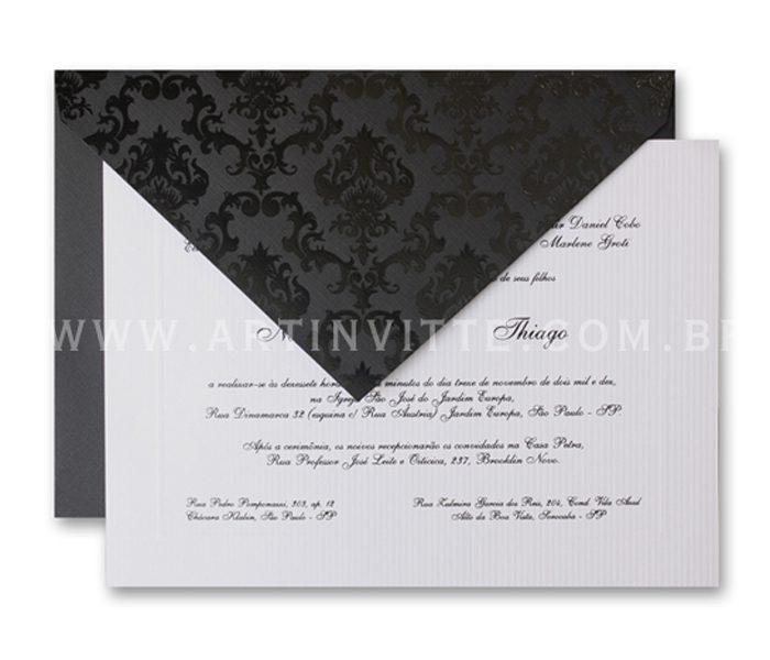 Convite de casamento - Toronto 21x29 Convite em papel Diamond Flicks Line Pearl com impressão em relevo americano preto e Envelopo de Bico no papel Color Plus Telado Los Angeles (preto) com estampa adamascada em epóxi preto.