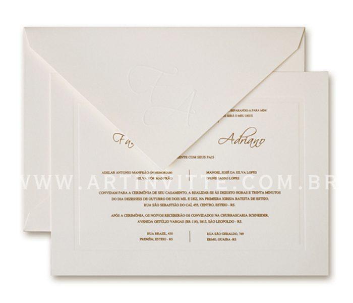 Convite de casamento - Toronto 18x24 em papel Markatto Finezza Naturale com impressão em relevo americano. O envelope de bico com iniciais em relevo seco.