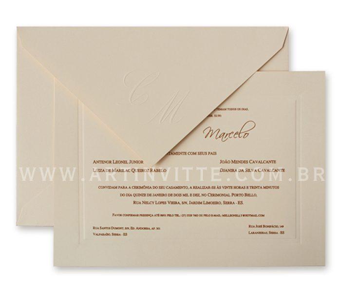 Convite de casamento - Toronto 18x24 em papel Color Plus Marfim 180g e impressão em relevo americano. O envelope de bico com iniciais em relevo seco.