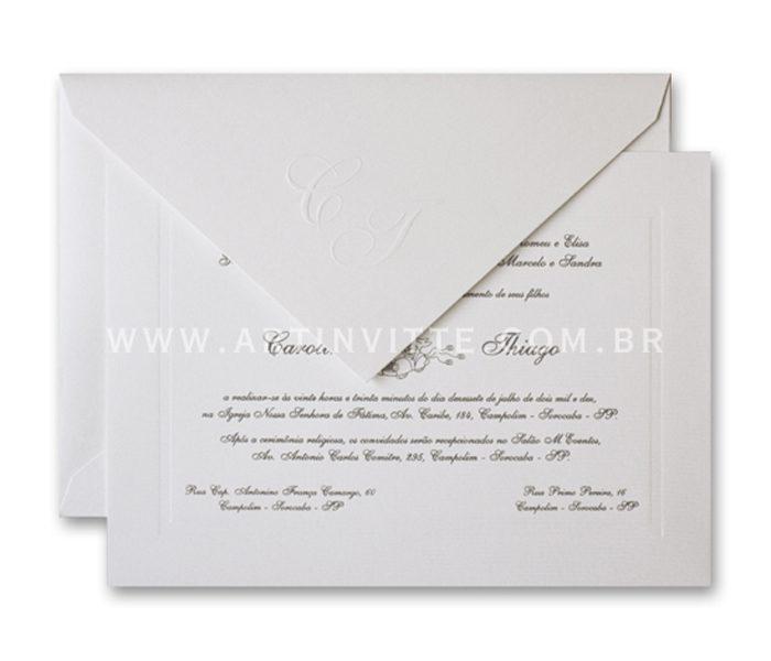 Convite de casamento - Toronto 18x24 em papel Rives Design Bright White com impressão em relevo americano. O envelope de bico com iniciais em relevo seco.
