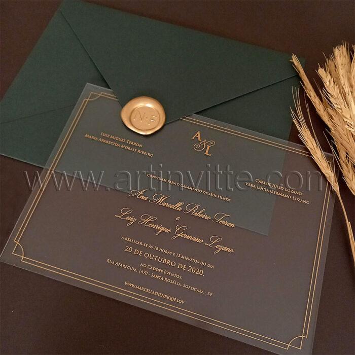 Convite de casamento em acrílico com impressão em dourado e envelope verde