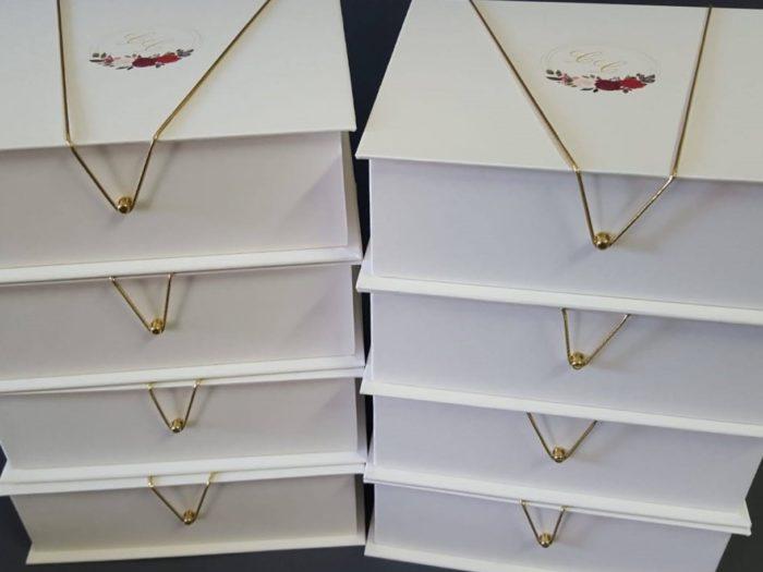 caixas para padrinhos com brasão floral