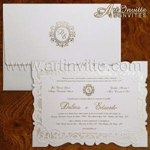 Convite de casamento clássico com tinta pérola na borda e no envelope