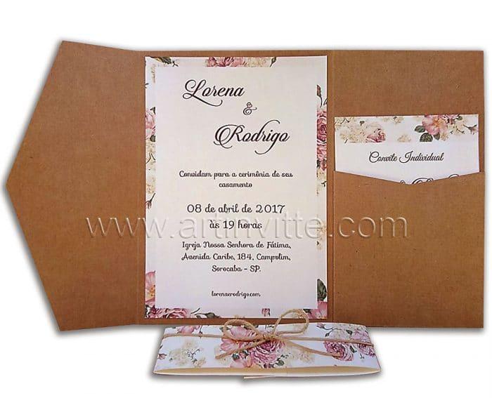 Convite rústico de casamento TRP 035 – Convite triplo com impressão digital e envelope triplo com bolso para colocar cartão de festa. Fechamento com faixa estampada e barbante.