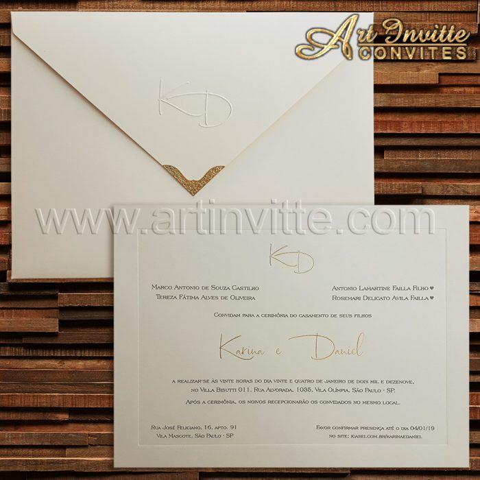 Convite de casamento tradicional Veneza VZ 125. Convite com almofada baixa, nomes e monograma em hot stamping dourado. Envelope com monograma em relevo seco com tinta pérola. Ponteira em metal dourado.