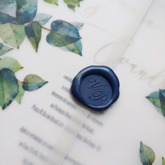Convite de casamento em vegetal com estampa de eucaliptos e lacre de resina azul - Art Invitte Convites