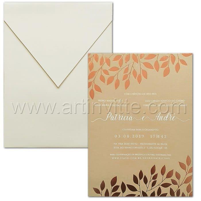 Convite de casamento Elegante - Haia HA 073 - Convite de casamento em papel Curious Matter Ibizenca Sand 300g com folhas em hot stamping rosê e texto em epóxi branco. Envelope vertical com aba bico no papel Markatto Concetto Naturalle 250g.