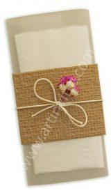 Lágrimas de Alegria LA 005 – Tarja em Kraft Linhão com um lenço de papel envolto em papel vegetal. Amarração em fio encerado cru com sempre-vivas cru e rosa.